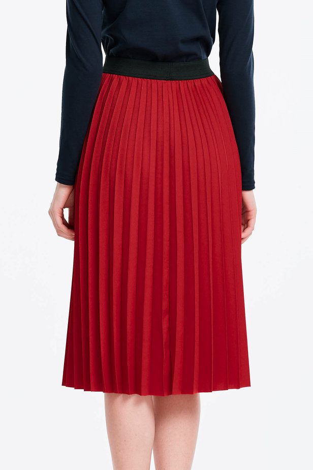 Below the knee pleated red skirt photo 2 - MustHave online store