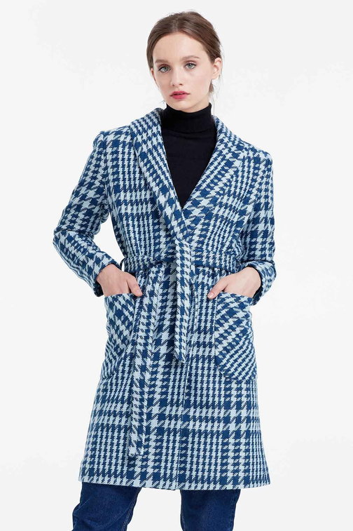 Long jacket with a houndstooth print, pockets and a belt