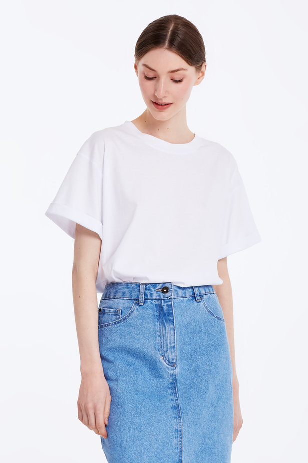 Loose-fitting white T-shirt with cuffs photo 5 - MustHave online store