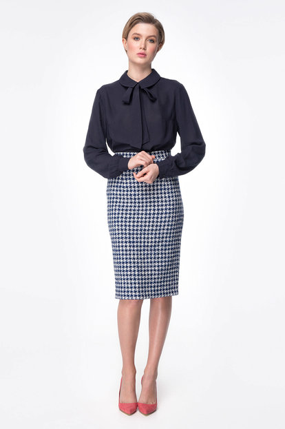 Below-knee skirt with blue&white houndstooth print