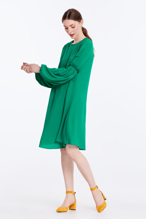 Loose-fitting green dress with ruffles on the sleeves photo 2 - MustHave online store