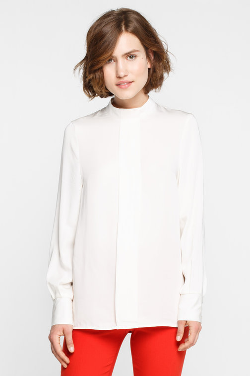 Milky loose blouse with a front crease