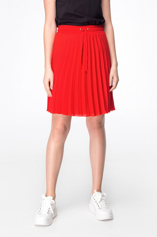 Red above-knee pleated skirt