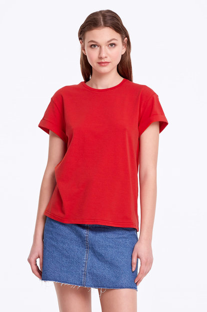 Loose-fitting red T-shirt with cuffs