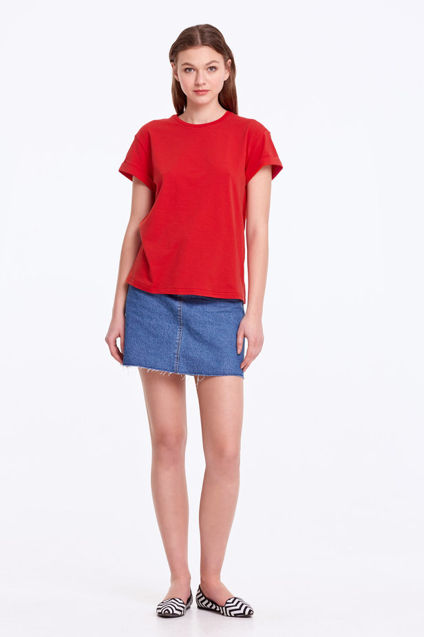 Loose-fitting red T-shirt with cuffs photo 2 - MustHave online store