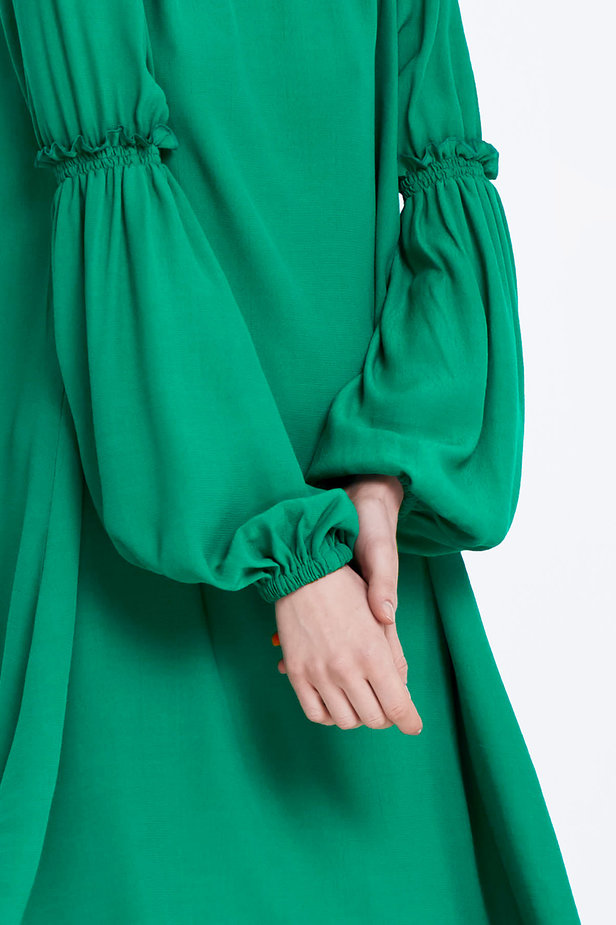 Loose-fitting green dress with ruffles on the sleeves photo 3 - MustHave online store