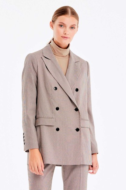 Double-breasted beige jacket with a houndstooth print and pockets