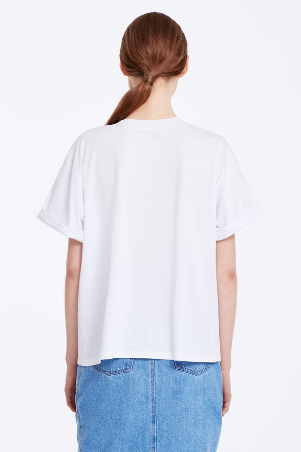 Loose-fitting white T-shirt with cuffs photo 4 - MustHave online store