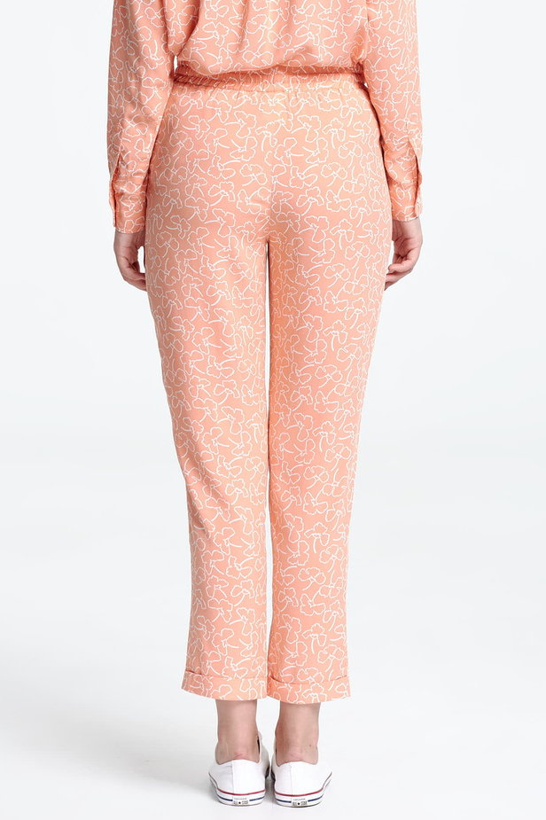 Short peach-colored trousers with white flowers photo 4 - MustHave online store