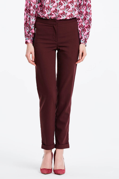 Short burgundy trousers