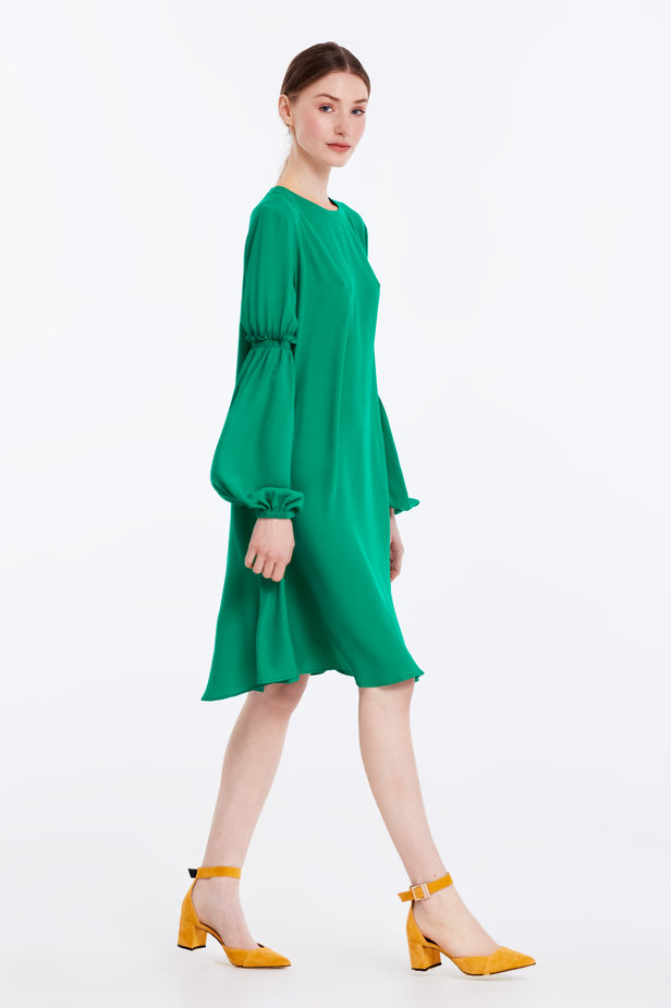 Loose-fitting green dress with ruffles on the sleeves photo 5 - MustHave online store