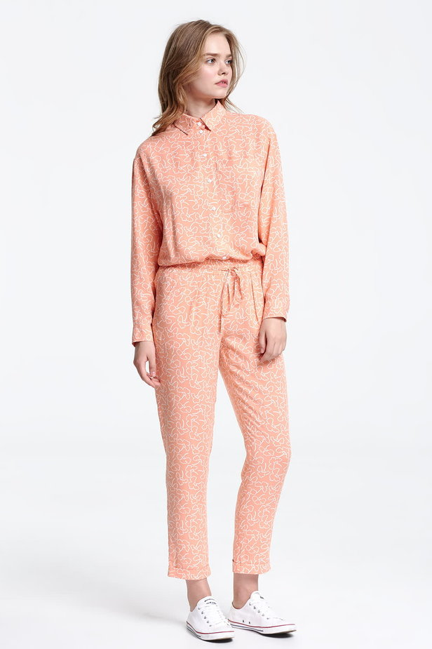Short peach-colored trousers with white flowers photo 5 - MustHave online store