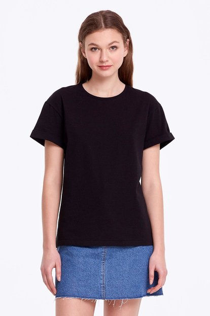 Loose-fitting black T-shirt with cuffs