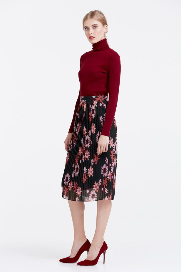 Below the knee pleated skirt with a floral print photo 3 - MustHave online store