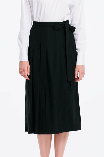 Wrap black skirt with a belt