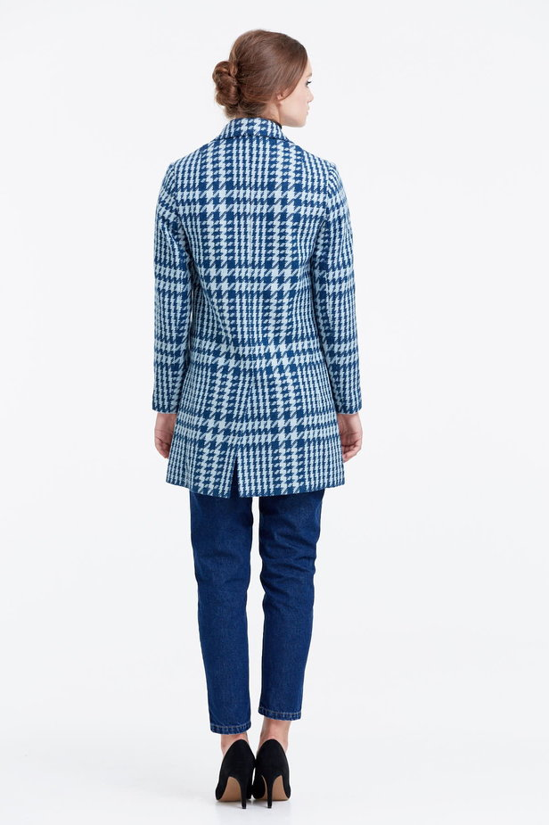 Long double-breasted jacket with a houndstooth print photo 3 - MustHave online store