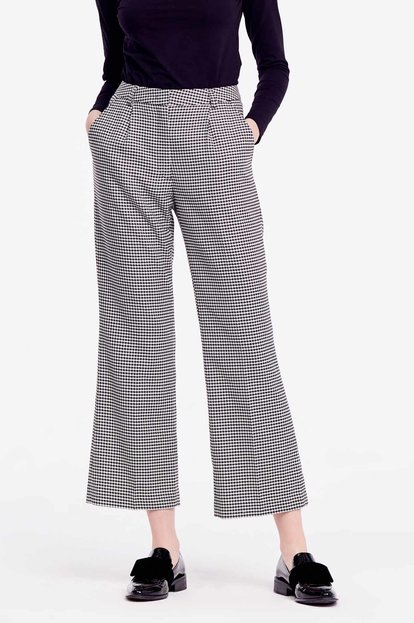Cropped trousers with black-and-white houndstooth print